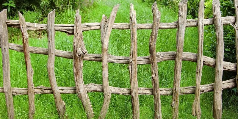 Забор на дачном участке. Как изготовить и выбрать материал